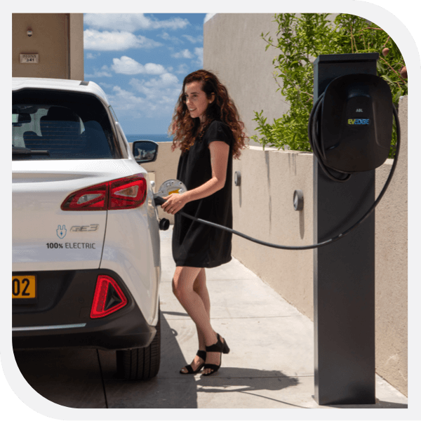 עמדת טעינה לרכב חשמלי בבית פרטי